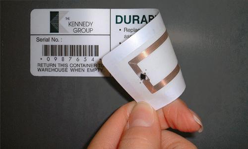 Thẻ chip RFID có thể được thiết kế mỏng dính trên giấy. Ảnh minh họa.