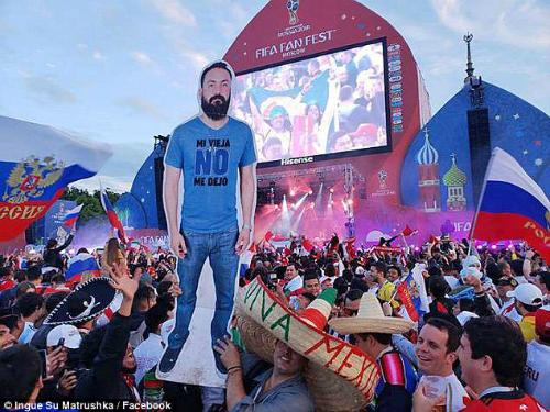 Tấm hình Javier được tất cả mọi người chào đón nồng nhiệt tại World Cup 2018.