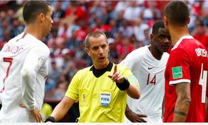 Trọng tài phải thay thiết bị liên lạc giữa trận Bồ Đào Nha - Morocco