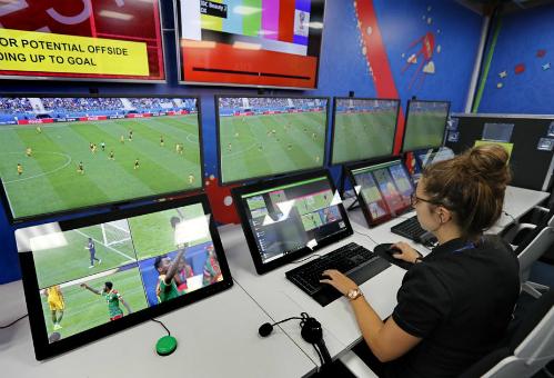 Trợ lý trọng tài đang ngồi làm việc trong phòng VAR của World Cup 2018. Ảnh: EPA
