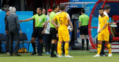 Người hâm mộ bóng đá sẽ không thoải mái với việc phải chờ xác nhận từ VAR trước khi được phép ăn mừng một bàn thắng.