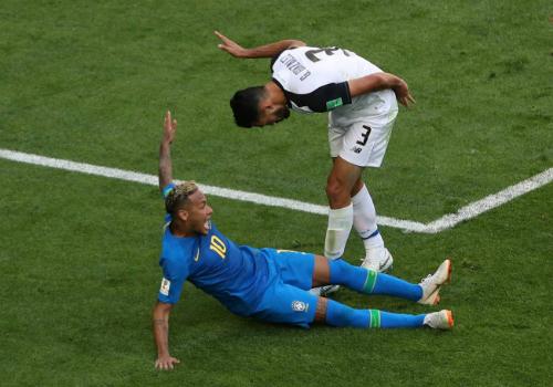 var-phat-hien-pha-an-va-kiem-penalty-tran-brazil-costa-rica