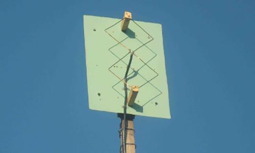 Ăng-ten được đặt thẳng đứng, hướng về phía đài phát, tại nơi ít bị che chắn. Ảnh: FPTCare.