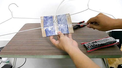 Ăng-ten thu DVB-T2 có thể chế từ chiếc mắc áo mà không cần uốn hình. Ảnh: Vchannel.