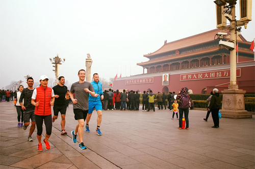 Ông chủ Facebook khỏe ảnh chạy ở Bắc Kinh.