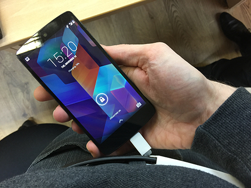Vừa sạc pin vừa sử dụng sẽ làm smartphone nóng lên nhanh.