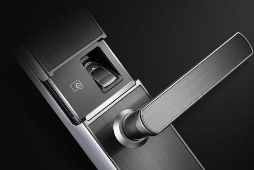 Một loại cửa thông minh kết hợp bảo mật vân tay và thẻ từ.