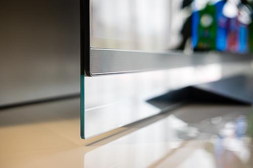 E8 là mẫu TV thuộc hàng mỏng nhất trên thị trường với màn hình được dính lên một tấm kính.