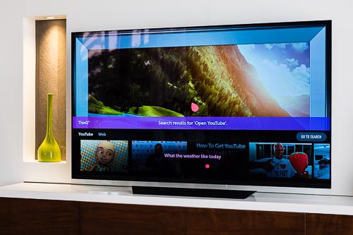 TV có thể nhận lệnh điều khiển bằng giọng nói, trả lời các câu hỏi nhưng hiện tại chưa hỗ trợ tiếng Việt.