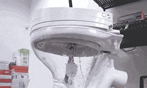 Bồn cầu tự làm sạch đầu tiên thế giới