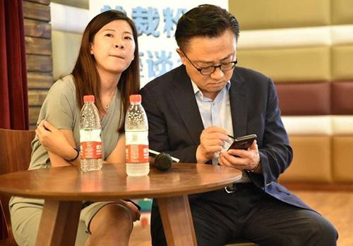 CEO Samsung DJ Koh được cho là đang cầm Note9. Ảnh: SamMobile.