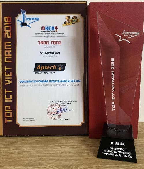 Aptech nhận cup và chứng nhận cho giải Đơn vị đào tạo CNTT hàng đầu Việt Nam.