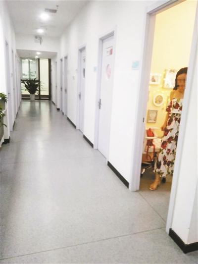 Phòng phát sóng (live room) xếp san sát nhau tại văn phòng một công ty truyền thông ở Bắc Kinh. Ảnh: Beijing Daily
