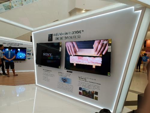 Tại đây, khách hàng sẽ được chiêm ngưỡng toàn bộ sản phẩm ứng dụng công nghệ OLED qua các năm, cho thấy các chuyển biến, nâng cấp và cải tiến củatập đoàn công nghệ Nhậtnày. Nhiềutính năng ưu việt cũng được giới thiệu cũng trong sự kiện, tiêu biểu nhưcông nghệ âm thanh Acoustic Surface.Bên cạnh đó, khách tham quan sẽ được tìm hiểu thêm về sự kết hợp giữa hình ảnh 4K HDR thông qua chip xử lý X1 Extreme và trải nghiệmâm thanh phát ra từ màn hình Acoustic Surface.Sự cộng hưởng giữaâm thanh chân thực và chuyển động của vật thể đem đến trải nghiệm điện ảnh trước màn hình TV Bravia OLED.Màn hình OLED cho độ tương phản cao, màu sắc chân thực với dải màu rộng hơn, sắc đen sâu hơn. Nhà sản xuất cho hay, đây là một trong những ưu điểm nổi trội của công nghệ OLED được Sony phát triển dành riêng cho dòng TV Bravia OLED.Với việc nâng tầm điểm ảnh trên màn hình của thế hệ OLED mới, các chi tiết hình ảnh được hiển thị sắc nét, sống động. Công nghệ ảnh 4K HDR của màn hình TV giúptối ưu trải nghiệmgiải trí của người xem.Ngoài các gian hàng trải nghiệm công nghệ, trong khuôn khổ sự kiện, nhiều hoạt động thú vị khác cũng sẽ được diễn như chơi game PlayStaion kinh điển Street Fighter V hay Fifa18 trêndàn TV OLED.
