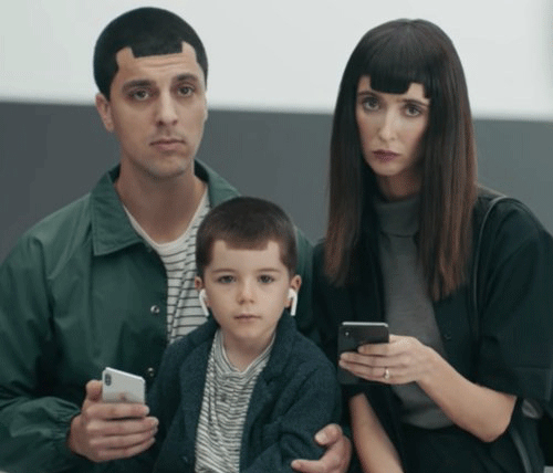 Samsung từngthực hiện quảng cáo chế nhạo Apple thông qua hình ảnh một gia đình có mái tóc giống tai thỏ trên iPhone X.