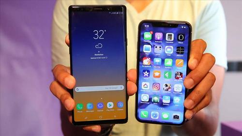 Galaxy Note9 (bên trái) và iPhone X (bên phải) là hai smartphone có giá từ 999 USD.