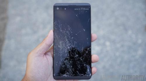 Màn hình của một chiếc LG V20 bị vỡ vụn sau khi rơi.