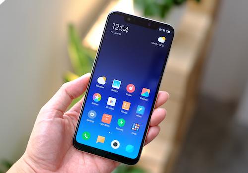 Xiaomi Mi 8: Màn hình 6,2 inch tỷ lệ 83,8Mi 8 là điện thoạiđầu tiên có màn hình tai thỏ của Xiaomi. Không giống các nhà sản xuất khác cố gắng làm nhỏchi tiết này, Xiaomi để nhiều diện tích để chứa camera, các cảm biến và cả hồng ngoại cho tính năng nhận diện khuôn mặt.