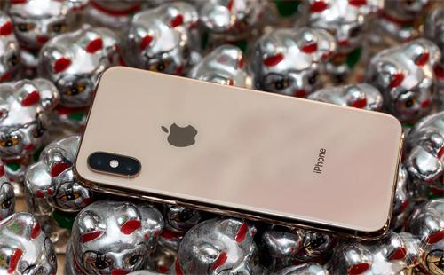 Một trong những điểm mới của iPhone Xs là vỏ vàng. Ảnh: Verge