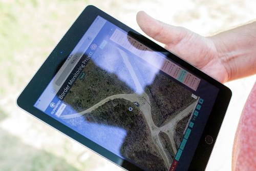 Các hình ảnh từ camera và cảm biến thu nhận được có thể được theo dõi trong thời gian thực hoặc xem sau đó.