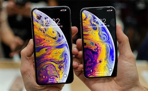 iPhone Xs Max: Màn hình 6,5 inch tỷ lệ 84,4Xs Max không chỉ là điện thoại lớn nhất mà còn có viền mỏng nhất của Apple. Thân máy có kích thước tương đương iPhone 8 Plus nhưng màn hình to hơn nhờ thiết kế tràn viền. Trong khi đó, iPhone Xs có tỷ lệ đạt 82,9%, bằng với iPhone X năm ngoái.