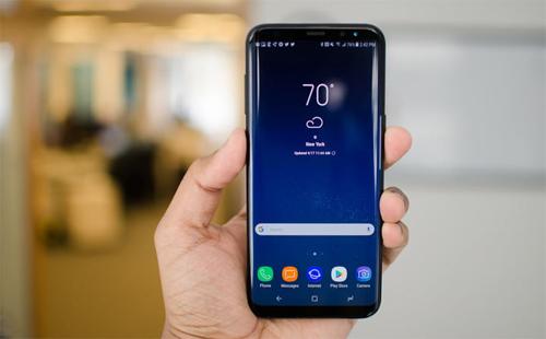 Galaxy S9 Plus, Galaxy Note 9 và Galaxy S9: (tương ứng) Màn hình 6,2 inch, 6,4 inch, 5,8 inch, tỷ lệ 84,2, 83,9 và 83,6Với thiết kế màn hình vô cực, Samsung có tới ba sản phẩm trong danh sách. Máy cũng trở nên nổi bật giữa trào lưu tai thỏ khi vẫn duy trì hai viền mỏng phía trên và dưới màn hình.
