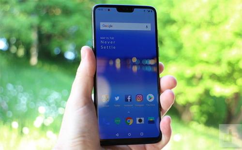 OnePlus 6: Màn hình 6,28 inch tỷ lệ 83,8Mẫu smartphone đến từ Trung Quốc học hỏi thiết kế tai thỏ của Apple nhưng phần cạnh dưới vẫn khá dày, do đó dù cùng có màn hình trên 6 inch, tỷ lệ màn hình so với thân máy không thể bằng với như iPhone Xs Max