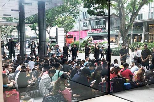 Nhiều người, trong đó phần đông từ Việt Nam, xếp hàng trướcApple StoreSingapore để mua iPhone Xs.