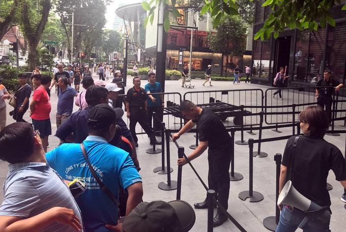 Cảnh xếp hàng mua iPhone Xs ở Singapore