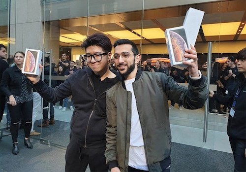 Teddy Lee, sinh viên Hàn Quốc, và Mazen Kourouche, một vlogger trên YouTube, là hai người đầu tiên mua iPhone Xs tại Sydney, Australia - đất nước mở bán iPhone sớm nhất thế giới.