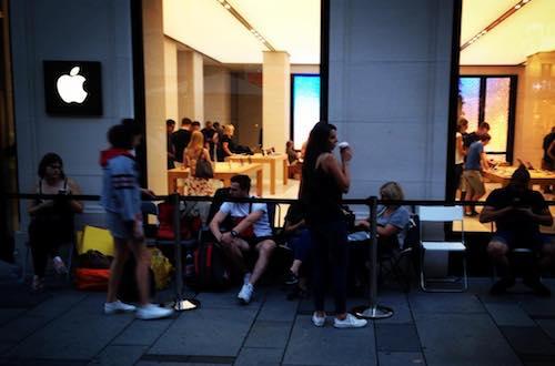 Không nhiều người xếp hàng sớm tại Apple Store ở Vienna (Áo) nhưng dự kiến tăng lên khi mở bán.