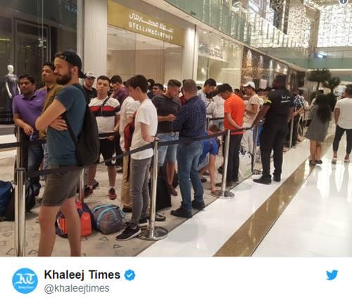 Tại quốc gia giàu có Dubai, Khaleej Times cho biết cũng có những hàng dài người chờ mua iPhone mới. Dù không đông đúc như ở Singapore, số người có mặt ở đây cũng đủ nhiều để cửa hàng phải căng dây và có bảo vệ kiểm soát.