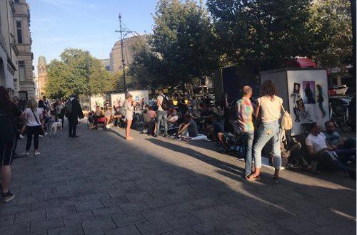 Hàng người chờ mua iPhone cũng đã hình thành tại Berlin từ hôm qua.