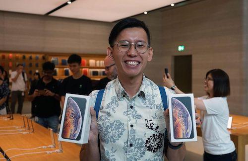Trong khi đó, Daniel Lim, 23 tuổi người Singapore, cũng là người đầu tiên nhận iPhone Xs Max nhờ đặt hàng trước. Do đó, anh chỉ phải chờ một giờ trước cửa Apple Store để lấy hai chiếc iPhone Xs Max màu vàng bản 512 GB cho họ hàng ở Việt Nam.