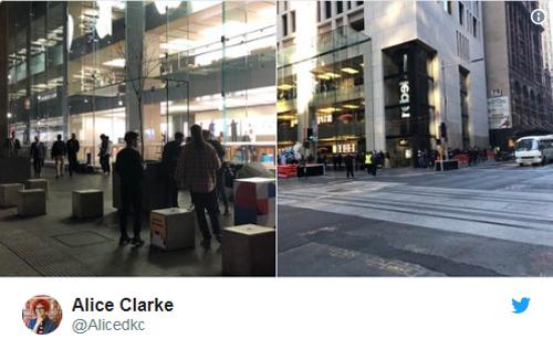 Alice Clarke, một thành viên Twitter, chia sẻ hai bức ảnh ở cửa hàng Apple Store tại Sydney (Australia) lúc 21h30 ngày 20/9 và cho biết số người xếp hàng còn ít hơn cả số người đến chụp ảnh những người xếp hàng.