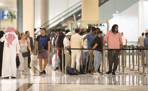 Tại quốc gia giàu có Dubai, Khaleej Times cho biết cũng có những hàng dài người chờ mua iPhone mới.Dù không đông đúc như ở Singapore, số người có mặt ở đây cũng đủ nhiều để cửa hàng phải căng dây và có bảo vệ kiểm soát.