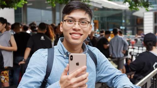 Phạm Minh Tuấn, 25 tuổi, bay từ Việt Nam sang Singapore để mua iPhone Xs Max. Anh xếp hàng cùng 5 người bạn từ sáng sớm hôm qua. Ảnh: CnetAlice Clarke, một thành viên Twitter, chia sẻ hai bức ảnh ở cửa hàng Apple Store tại Sydney (Australia)  lúc 21h30 ngày 20/9 và cho biết số người xếp hàng còn ít hơn cả số người đến chụp ảnh những người xếp hàng.