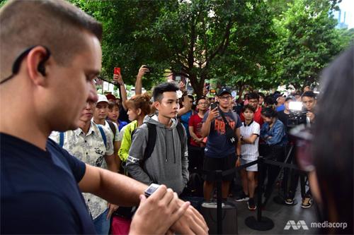 Có khoảng 250 người đã xếp bên ngoài Apple Store tại Singapore.Lê Thắng (áo xám), 20 tuổi, bay từ Việt Nam sang ngày 19/9, đứng đầu tiên và bắt đầu giữ chỗ từ 6h hôm qua.Các năm trước tôi cũng xếp hàng nhưng đây là lần đầu có được vị trí số một, Thắngtrả lời Straits Times.Mỗi người được mua tối đa hai iPhone. Sau khi mua máy, Thắng đã lập tức bắt taxi ra sân bay về Việt Nam. Ảnh: CNAPhạm Minh Tuấn, 25 tuổi, bay từ Việt Nam sang Singapore để mua iPhone Xs Max. Anh xếp hàng cùng 5 người bạn từ sáng sớm hôm qua. Ảnh: Cnet