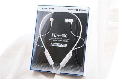 Partron PBH có hiết kế liền mạch từ trong ra ngoài giúp nổi bật tính năng của PBH-400 như chỉnh chất âm bằng Equalizer, hỗ trợ công nghệ âm thanh không dây APT-X, trọng lượng nhẹ chỉ 23g, khả năng kết nối đa thiết bị ổn định. Vỏ hộp được làm trong suốt ở mặt trước, giới thiệu một số tính năng của tai nghe như khả năng nghe nhạc, xem phim và đàm thoại.