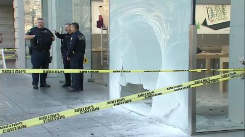 Cửa kính bị ném vỡ tại Apple Store . Ảnh: abc7news.