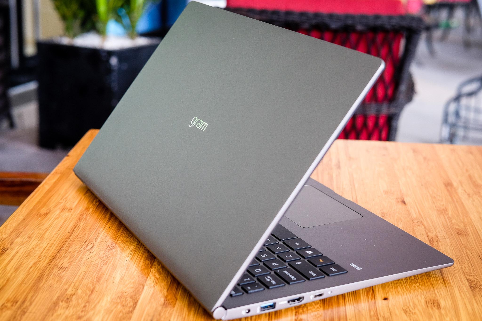 LG gram 2018 - laptop 15 inch siêu nhẹ, pin một ngày