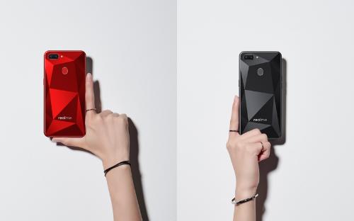 Realme 2 với thiết kế trẻ trung, họa tiết kim cương nổi bật. (không dùng ảnh ghép ạ)