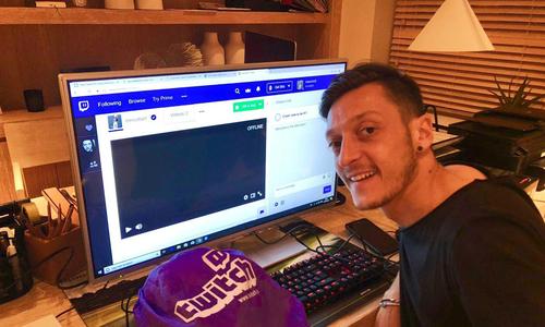 Mesut Ozil tập làm streamer game