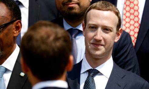 co-dong-facebook-lai-muon-mark-zuckerberg-tu-chuc