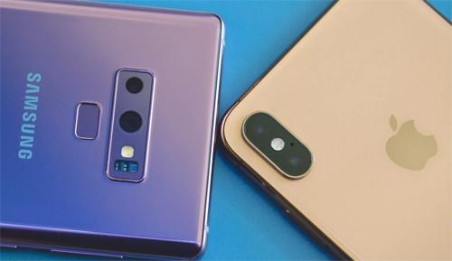 Note9 (bên trái) và iPhone XS Max đều có camera kép và là các smartphone hàng đầu về chụp ảnh.