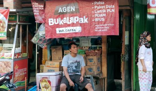 Một đại lý Bukalapak tại Indonesia, nơi người dân có thể tới đây nhờ trợ giúp mua hàng online. Ảnh: Nikkei