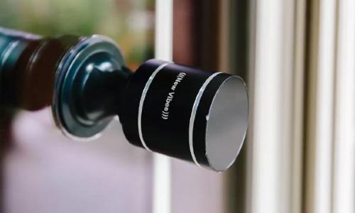 Các thiết bị chuyển đổi âm thanh có thể biến bề mặt cửa gỗ, kính thành loa.