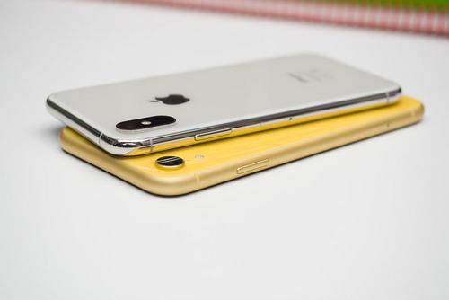 iPhone X (phía trên) sử dụng khung thép nguyên khối, trong khi iPhone XR dùng hợp kim nhôm.