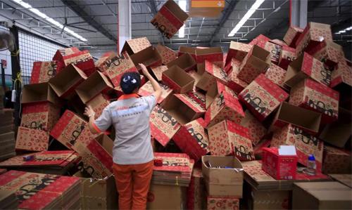Nhân viên chuẩn bị hộp để đóng hàng cho khách nhân ngày lễ mua sắm 11/11 tại Trung Quốc. Ảnh: Penangfoodie.