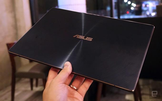 Ảnh thực tế Asus ZenBook S với thiết kế bản lề kiêm chân máy